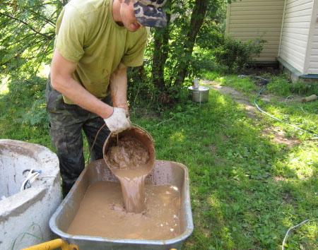 Чистка колодца - грязь со дна