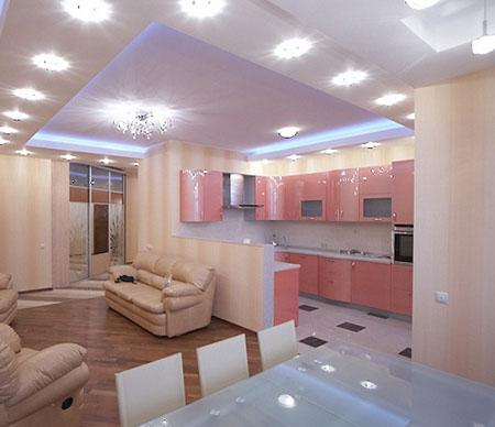 Сочетание гипсокартонных и подвесных потолков в гостиной