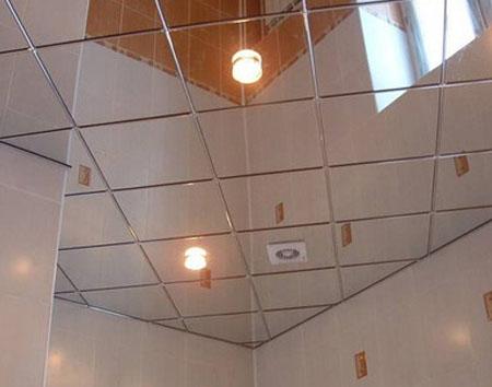 Зеркальная плитка в ванной на потолке
